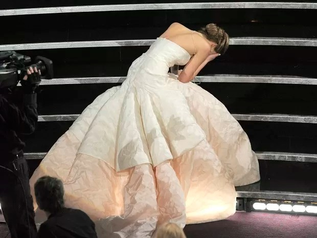 Jennifer Lawrence cai ao subir no palco do Oscar 2013 (Foto: Chris Pizzello/Invision/AP)
