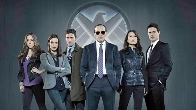 O agente Phil Coulson organiza um grupo altamente especializado para resolver casos ainda não classificados, numa organização conhecida como S.H.I.E.L.D.