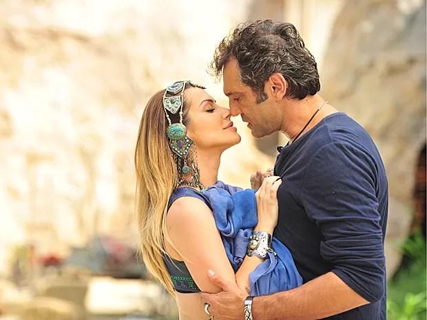 Bianca e Zyah se beijam e nem imaginam que Ayla está vendo tudo (Foto: Salve Jorge/TV Globo)