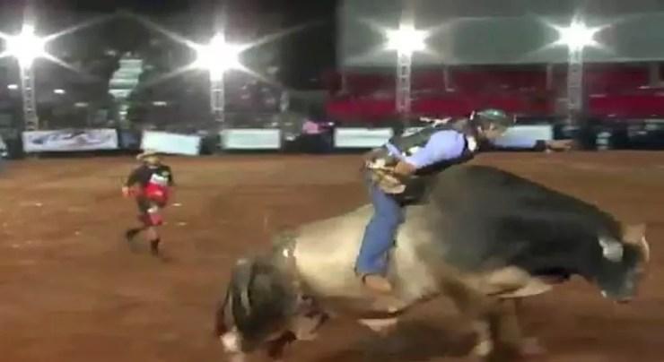 Peão morreu após ser atingido por touro em rodeio (Foto: Expopar Paranaíba/Divulgação)