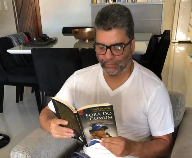 Marcelo Cabo passa parte do dia lendo em casa — Foto: Marcelo Cabo/Arquivo Pessoal