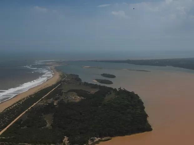 frl_3383 Lama muda a cor do mar na foz do Rio Doce, em Linhares, ES