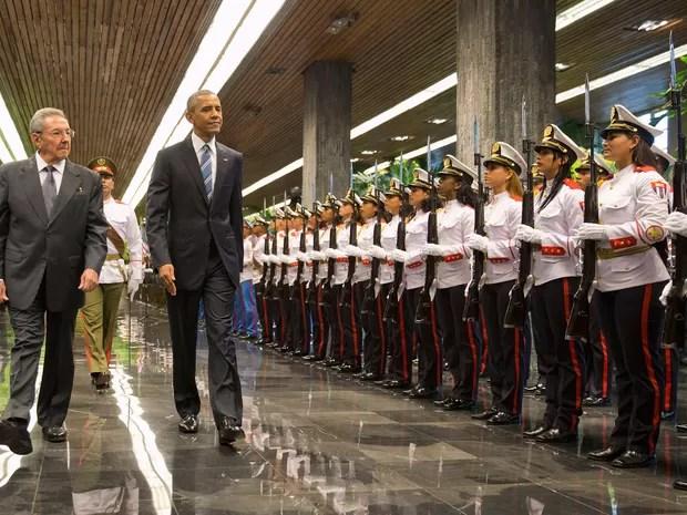 Barack Obama e Raul Castro caminham durante encontro no Palácio da Revolução, em Havana (Foto: Pablo Martinez Monsivais/AP)