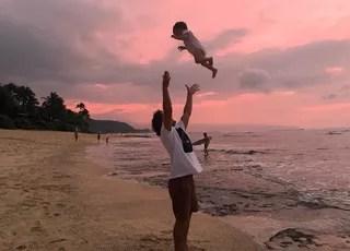 Ian joga sua felicidade - Malia - para o alto em um fim de tarde no Havaí (Foto: Reprodução Instagram)