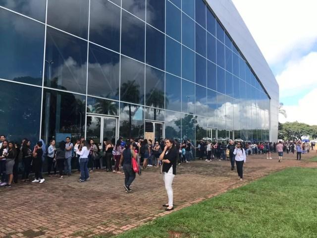 Fãs fazem fila no Centro de Convenções para compra de ingressos — Foto: Marília Marques