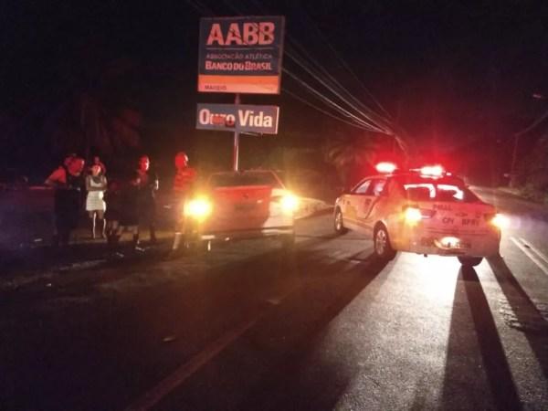 Rodovia AL-101 Norte ficou parcialmente interditada após acidente entre carros — Foto: Ascom/BPRv