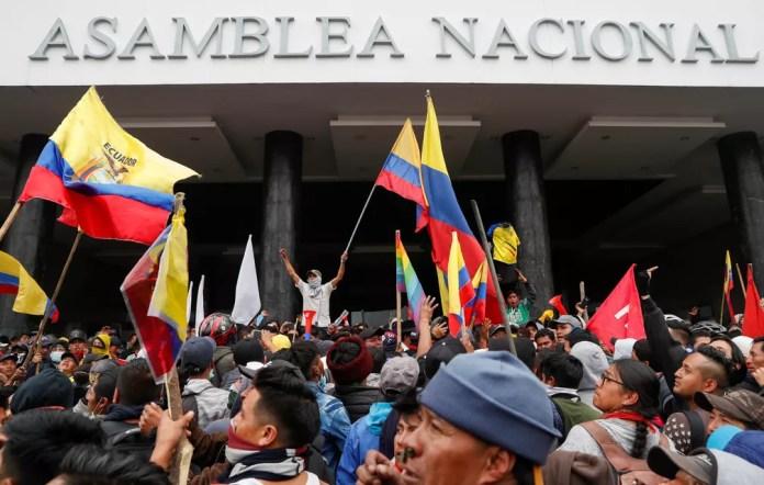 Manifestantes chegam ao prédio do parlamento do Equador, em Quito, nesta terça-feira (8) — Foto: Carlos Garcia Rawlins/Reuters