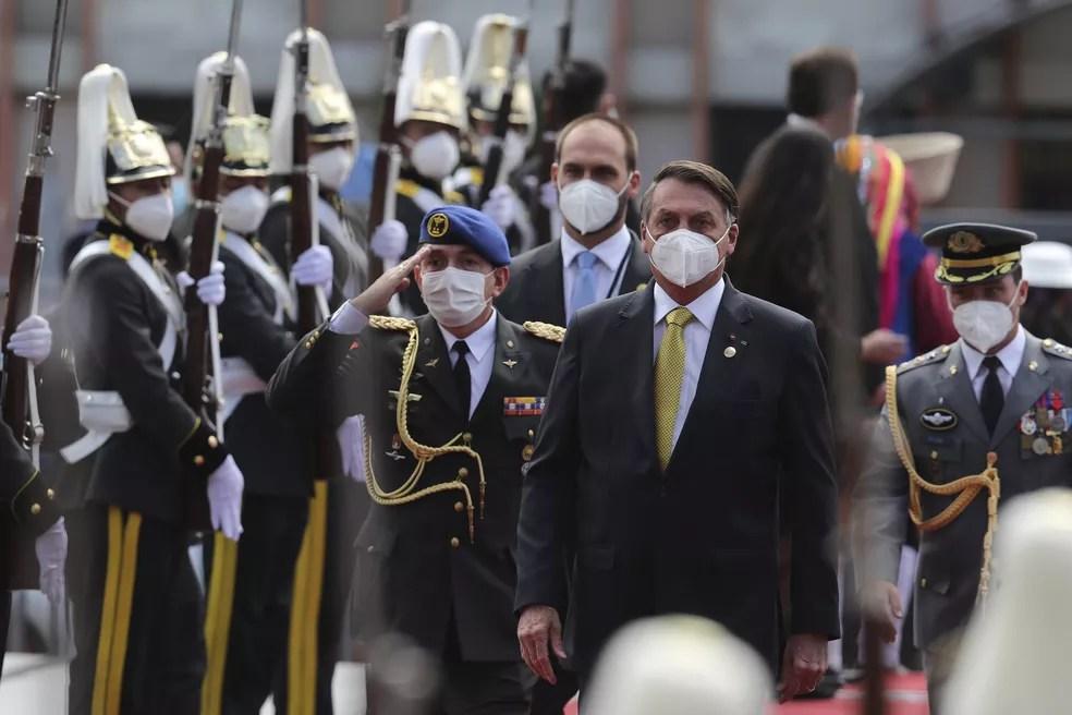 O presidente Jair Bolsonaro chega para a posse do novo presidente do Equador, Guillermo Lasso, em Quito — Foto: Dolores Ochoa/AP