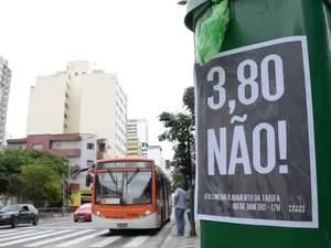Pichações e cartazes espalhados pela Avenida Paulista, em São Paulo, em protesto contra o aumento das tarifas de ônibus e metrô da capital paulista, que devem passar de R$ 3,50 para R$3,80 a partir do próxima dia 9 (Foto: J. Duran Machfee/Estadão Conteúdo)