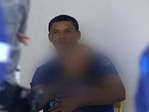 Menino está no colo de sequestrador, que ameaça matá-lo, em Goiás (Foto: Reprodução/ TV Anhanguera)