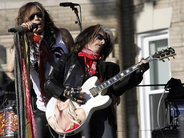 Steven Tyler e Joe Perry em show do Aerosmith em Boston nesta segunda (5) (Foto: Reuters/Jessica Rinaldi)