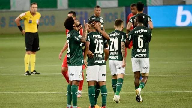 Luiz Adriano comemora o gol do Palmeiras