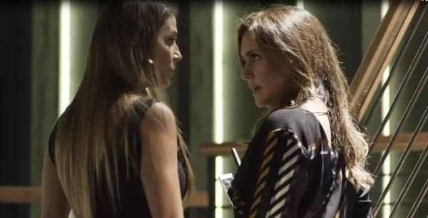 Laureta conforta Karola e diz que o melhor a fazer é satisfazer as vontades do malandro (Foto: TV Globo)