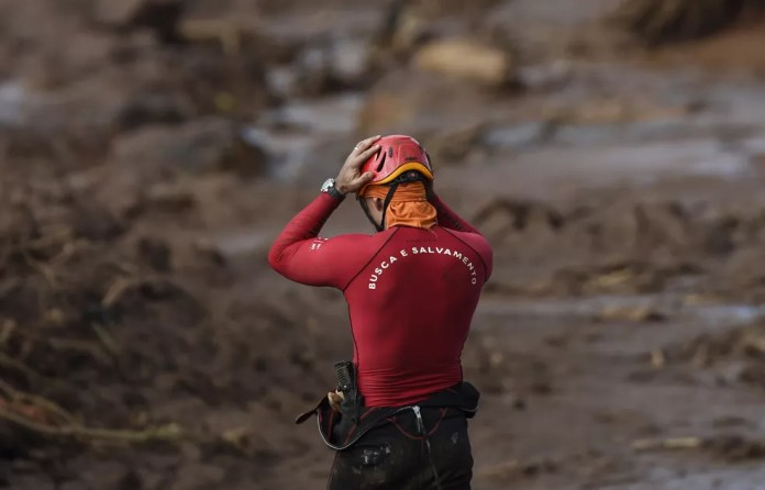 Bombeiros que atuam no resgate tomam remédio para minimizar riscos do contato com lama e sofrem com efeitos colaterais — Foto: Douglas Magno/AFP