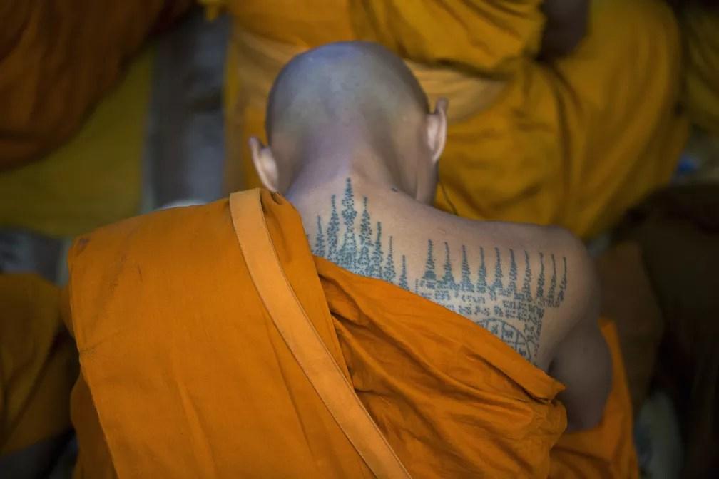 9 de junho - Um monge budista tailandês escuta o líder espiritual tibetano Dalai Lama durante uma conversa religiosa no templo Tsuglagkhang em Dharmsala, na Índia (Foto: Ashwini Bhatia/AP)