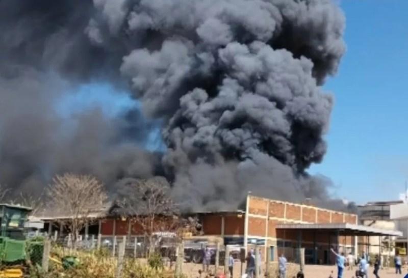 Local onde pegou fogo em usina de Novo Horizonte (Foto: Reprodução/TV TEM)
