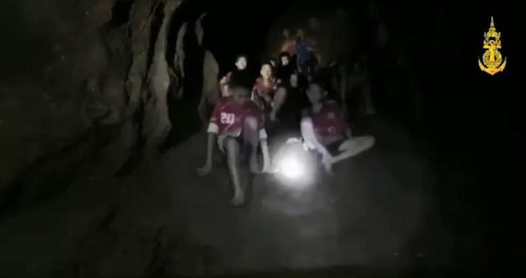 Vídeo da Marinha da Tailândia mostra jovens isolados em caverna durante o resgate (Foto: Marinha da Tailândia/Reprodução/Facebook)