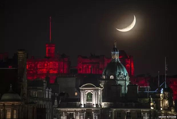 Esta foto da Lua sobre o iluminado castelo de Edimburgo no Natal de 2014 foi enviada por Grant Ritchie (Foto: Grant Ritchie)
