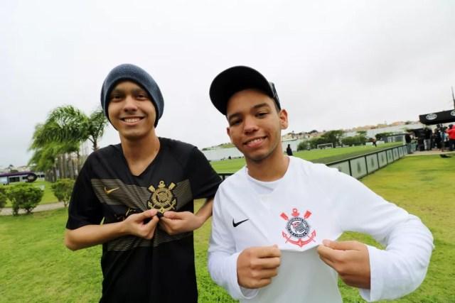 Matheus Marcondes (esquerda) e Luigi Sales conheceram o CT do Corinthians nessa quinta-feira, 8 — Foto: Danilo Sardinha/GloboEsporte.com