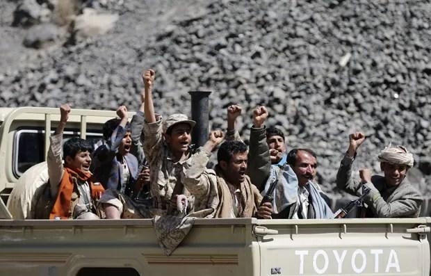 Rebeldes huthis são vistos em Sanaa neste domingo (15) (Foto: Khaled Abdullah/Reuters)