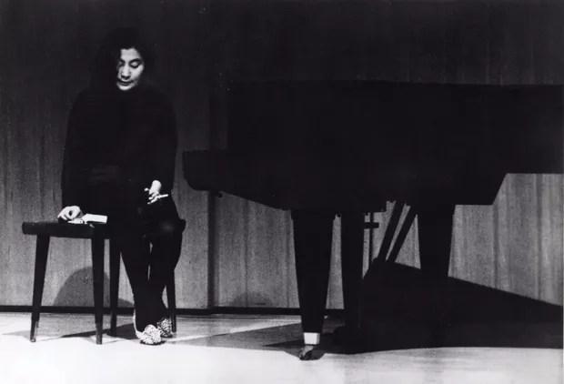 Yoko Ono realizando Lighting Piece (Peça de Acender), 1962. Sogetsu Arts Center, Tóquio, Japão (Foto: Foto: Yoshioka Yasuhiro / ©Sogetsu-Kai Foundation. Cortesia de Lenono Photo Archive, Nova York)