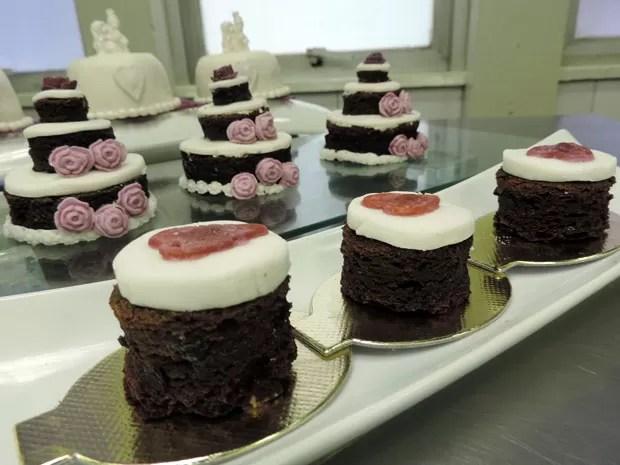 Naked cakes alternam cobertura de glacê com partes aparentes da massa escura de frutas e vinho, dando uma nova cara ao bolo de noiva tipicamente pernambucano. Esses foram feitos por Cristianne Barros (Foto: Marina Barbosa / G1)