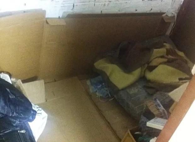 Jovem dormia em colchão no chão, coberta por tapumes e papelão (Foto: Eduardo Fonseca / TV TEM)