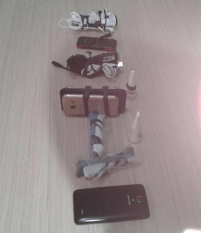 Produtos foram encontrados na mochila do funcionário (Foto: Divulgação)