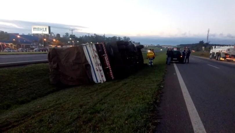 Caminhão tomba após colidir com motociclistas na SP-340, em Mogi Guaçu. (Foto: Reprodução/EPTV)