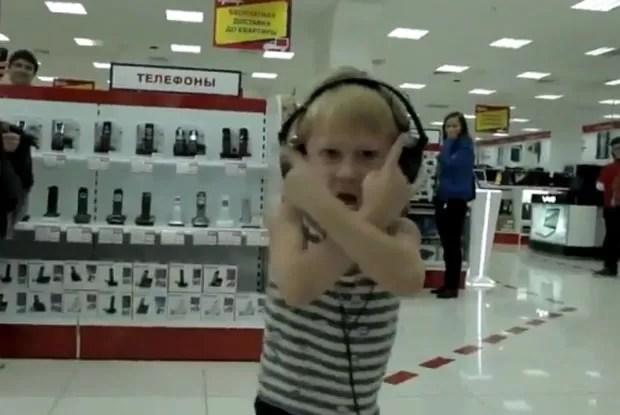 Menino deixou sua mãe envergonhada ao dançar e cantar freneticamente em supermercado. (Foto: Reprodução)