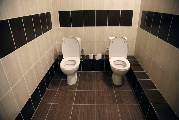 Vasos sanitários são vistos um ao lado do outro sem divisórias em Sochi, na Rússia (Foto: Lucy Nicholson/Reuters)