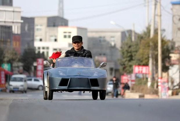 Fazendeiro chinês demorou 6 meses e gastou cerca de R$ 2 mil para constuir réplica de Lamborghini para o neto (Foto: China Daily/Reuters)
