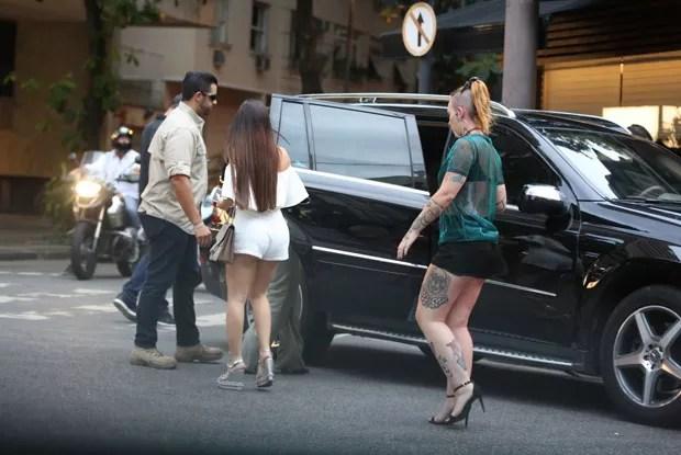 The Weeknd vai embora com mulheres após almoço no Rio (Foto: AgNews)