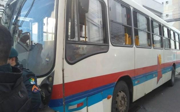 Ônibus que bateu no carro em que estava a cantora. (Foto: Ana Fontes/TV Sergipe)