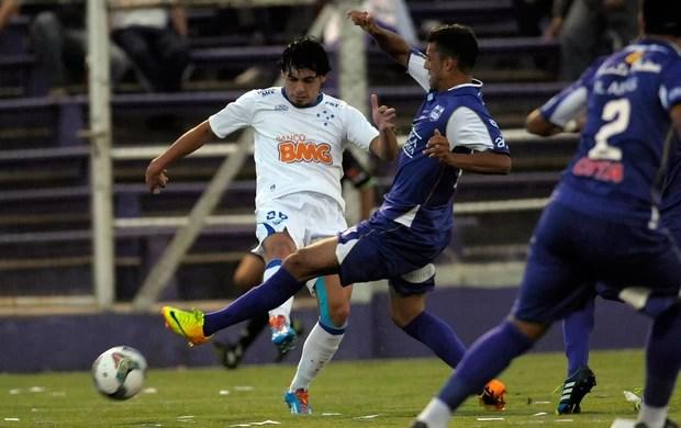 Ricardo Goulart e Matias Malvino, Defensor x Cruzeiro (Foto: AP)