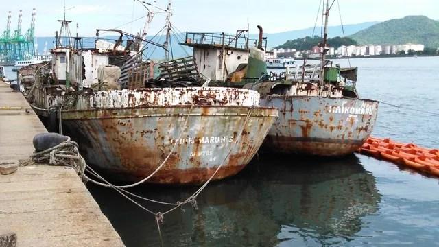Embarcações pesqueiras antes de afundarem, no Porto de Santos, SP — Foto: G1 Santos
