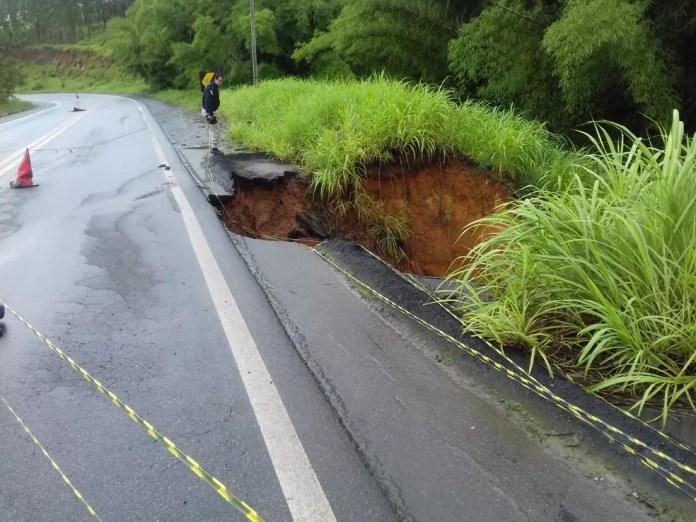 Parte da pista foi interditada na manhã desta quarta-feira (5) — Foto: Divulgação/PRF