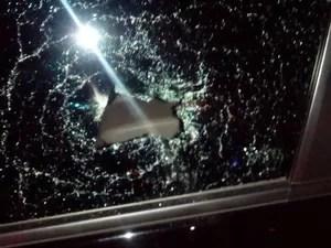 Taxistas e motoristas do serviço executivo entraram em confronto nesta terça no Aeroporto de Brasília. O vidro de um carro foi quebrado (Foto: Reprodução)
