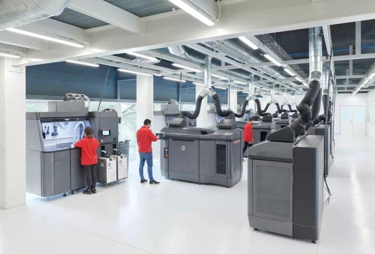 Impressoras 3D Jet Fusion 4210 em ação no Brasil — Foto: Divulgação/ HP