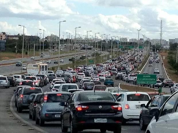Carros enfrentam congestionamento na EPTG, no DF, na volta para casa no primeiro dia de Copa do Mundo (Foto: Felipe Néri/G1)