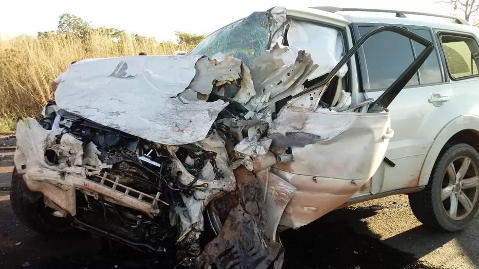 Um dos carros envolvidos ficou com a parte da frente destruída (Foto: Fábio Dione/Divulgação)