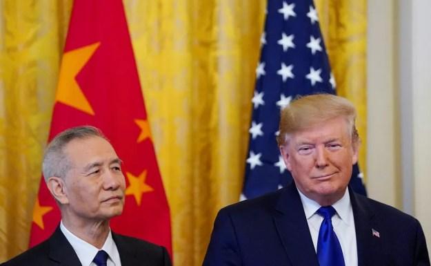 Vice-primeiro-ministro chinês, Liu He, e presidente dos EUA, Donald Trump, assinam fase 1 de acordo comercial — Foto: Reuters