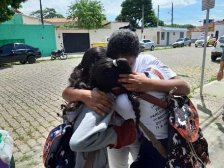 Estudantes se abraçam após ataque a escola de Suzano — Foto: Maiara Barbosa/G1