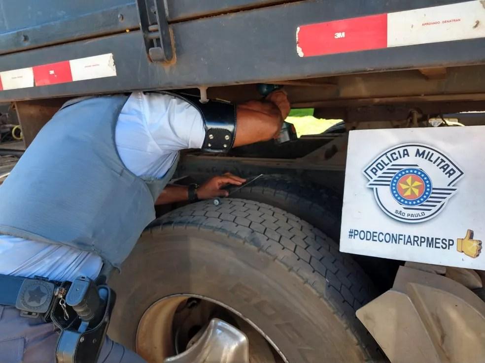 Policial rodoviário fiscaliza caminhão que carregava soja e cocaína, na Arlindo Béttio — Foto: Cedida/Polícia Rodoviária