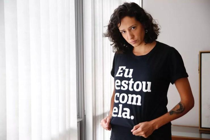 """Mônica Benício usa camisa com a inscrição """"Eu estou com ela"""" para relembrar o assassinato de Marielle — Foto: Marcos Serra Lima/G1"""