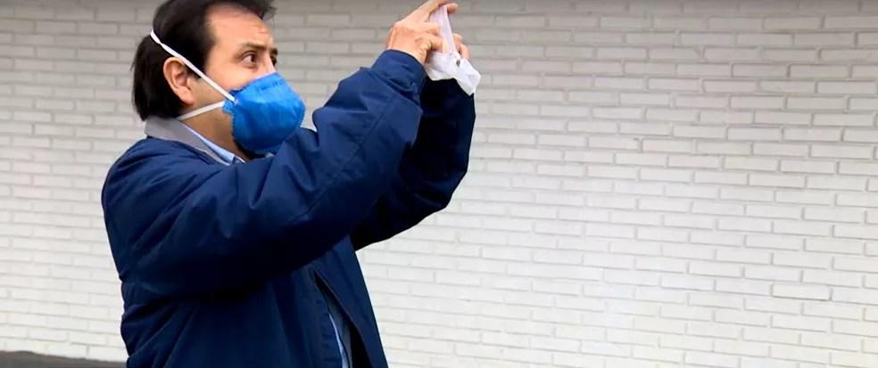 Professor da UFSC analista máscara entregue em escola estadual de SC — Foto: Reprodução/NSC TV