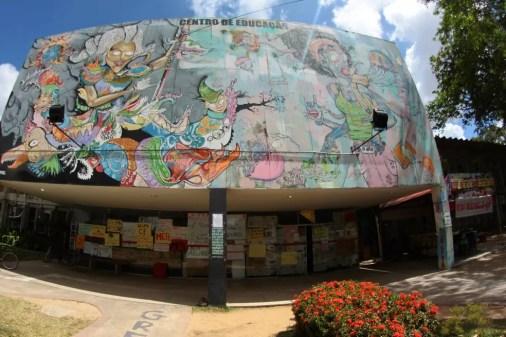 Prédio do Centro de Educação da Universidade Federal de Pernambuco (UFPE) foi ocupado em protesto contra a PEC do teto dos gastos da União (Foto: Marlon Costa/Pernambuco Press)