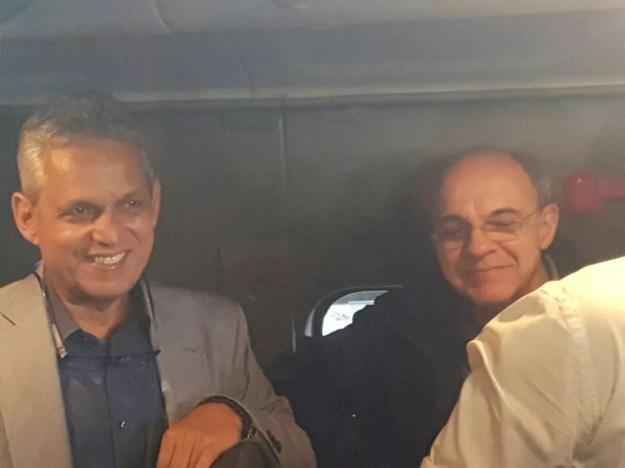 Reinaldo Rueda se encontra com Eduardo Bandeira de Mello na chegada ao Rio de Janeiro (Foto: Marcelo Baltar)