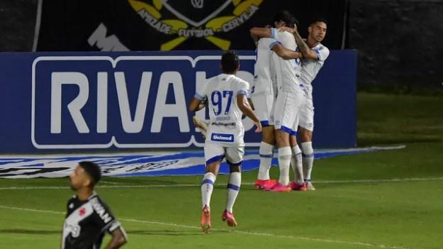 Jogadores do Avaí comemoram gol marcado por Getúlio