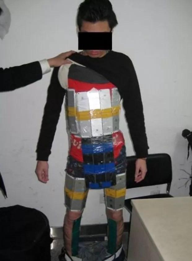 Passageiro tentou contrabandear 94 iPhones presos a corpo (Foto: Reprodução/Weibo)